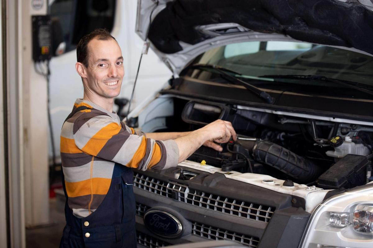 Monteur werkt aan bedrijfswagen